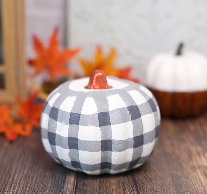 kürbis streichen deko für halloween selber amchen diy grau weiß orange