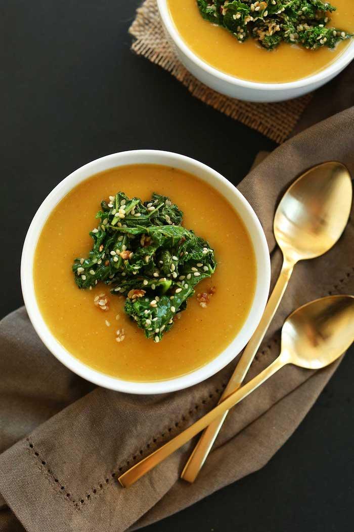 kürbissuppe hokkaido rezepte zwei goldene löffel und eine schüssel mit cremiger kürbissuppe mit ingwer und kokosmilch und salat