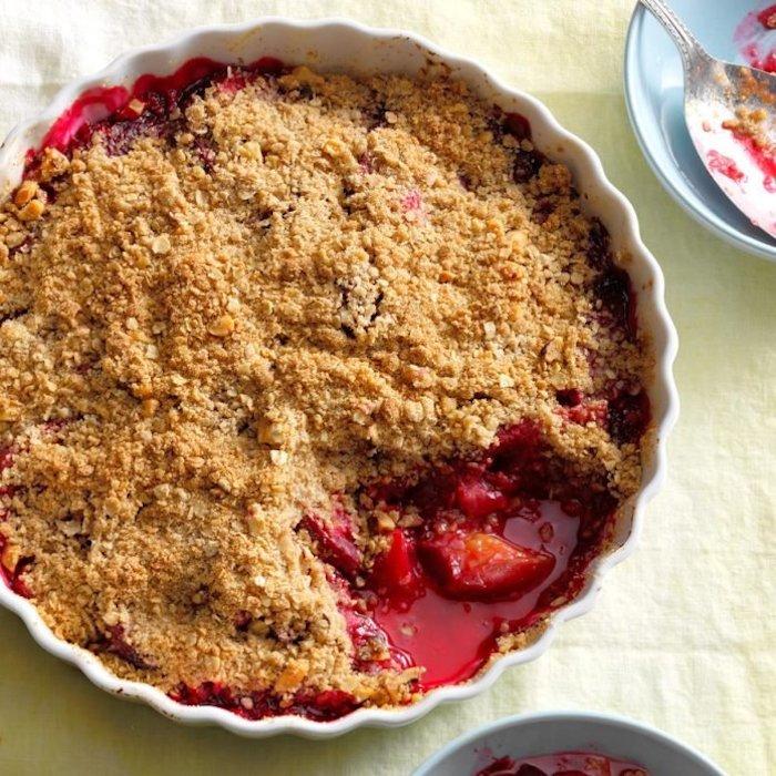 kuchen mit roten frischen plfaumen und mehl und zucker und zimt ein rezept für kuchen mit pflaumen