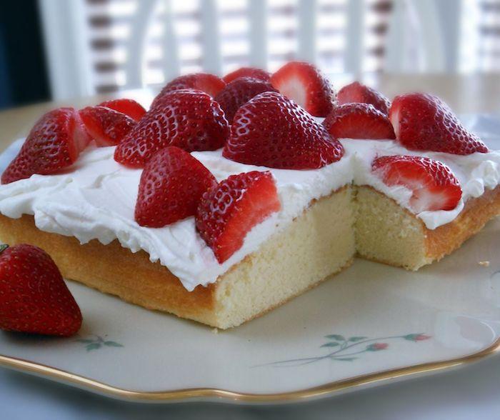 kuchen mit vielen geschnittenen roten erdbeeren und sahne weißer teller rezepte für kuchen mit roten erdbeeren schneller kuchen mit wenig zutaten