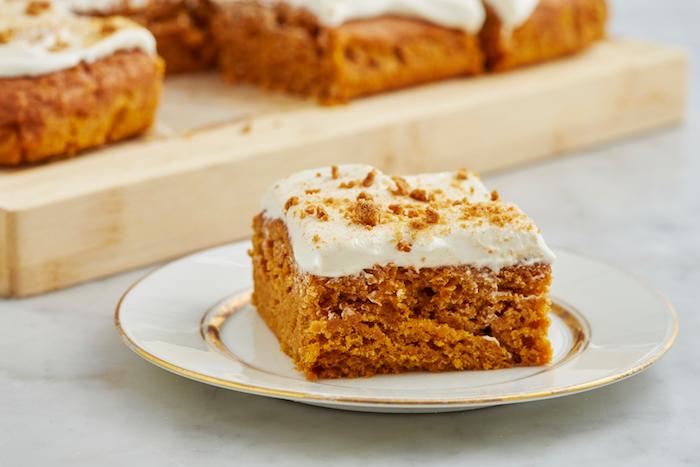 kuchen rezepte einfach und schnell mit wenig zutaten ein weißer teller mit kuchen mit sahne und möhren