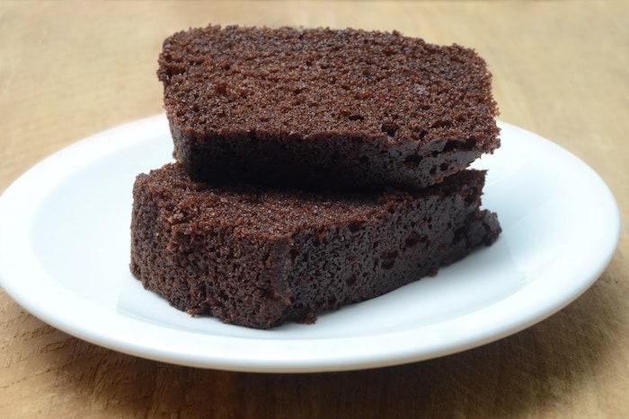 kuchen rezepte einfach und schnell mit wenig zutaten ein weißer teller mit kuchen