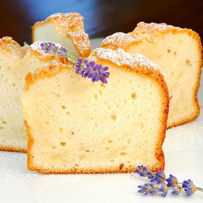 kuchen schnell und einfach kleine violette blumen ein kuchen mit puderzucker weißer teller