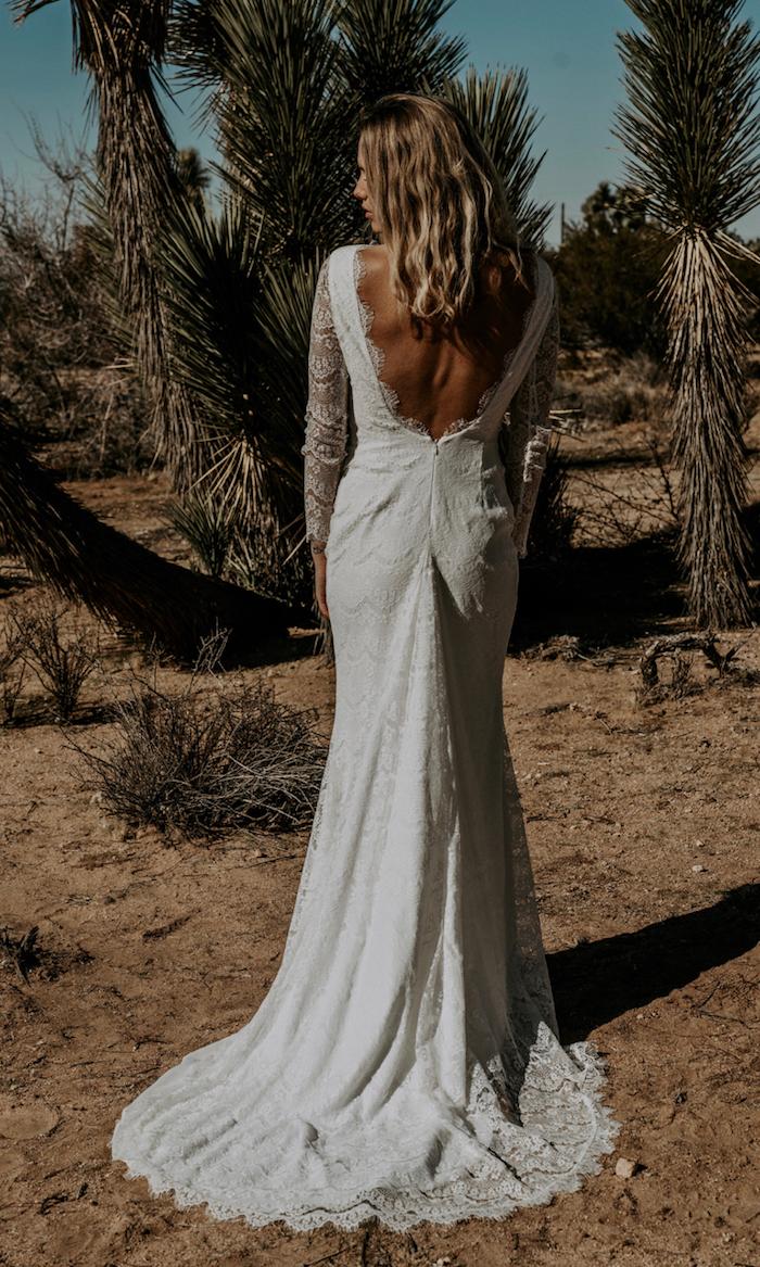langes hochzeitskleid mit schleppe boho brautkleid rückenfrei lange ärmeln mit spitze mittellange gewellte blonde haare hochzeit inspiration