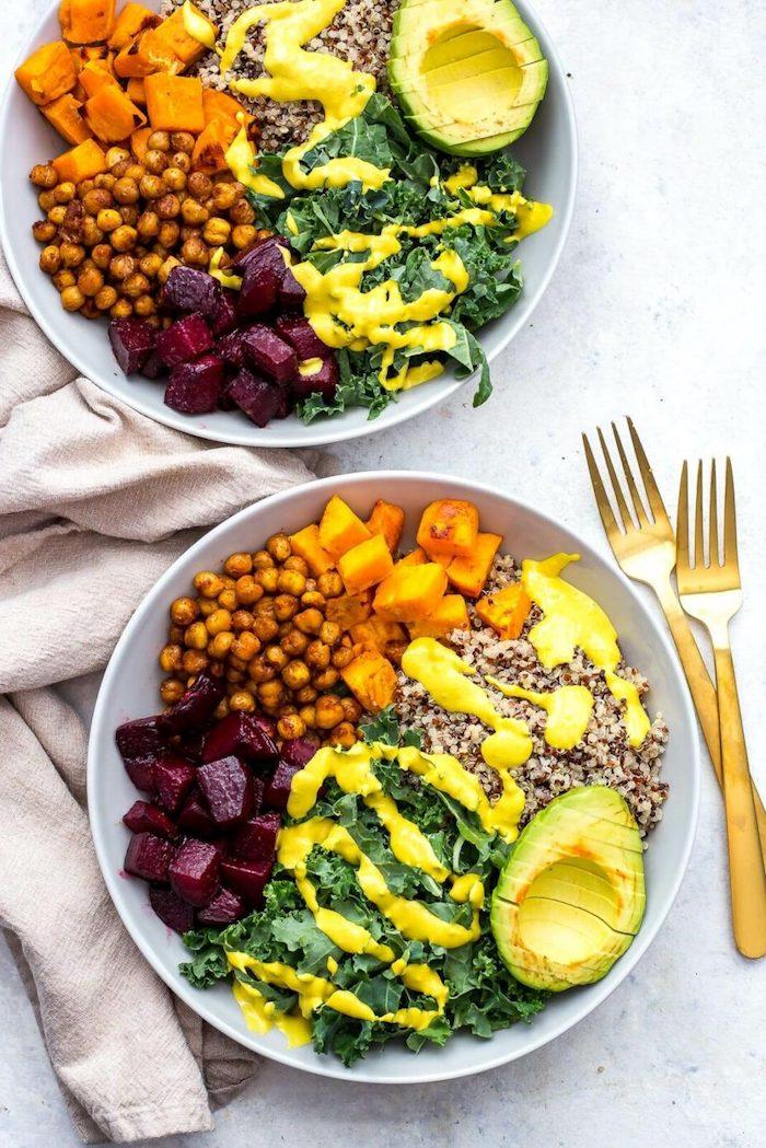 leckeres gesundes abendessen gebratene kichererbsen rotkohl avocado quinoa kürbis kale salat mit sauce rezepte zum abnehmen köstlich