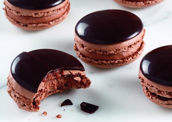 macarons selber backen leckere gebäcke mit chwarzer schokolade partyfood party essen beispiele