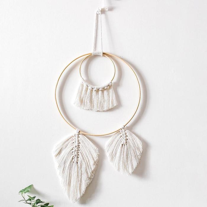 makramee traumfänger diy nordischer design wandhänger handgemacht minimalistisches design blatt form weiße wandfarbe wand dekoration ideen