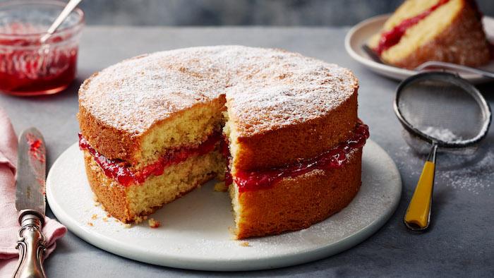 messer und weißer teller mit einem kuchen mit puderzucker und mit marmelade aus himbeeren rezepte für kuchen