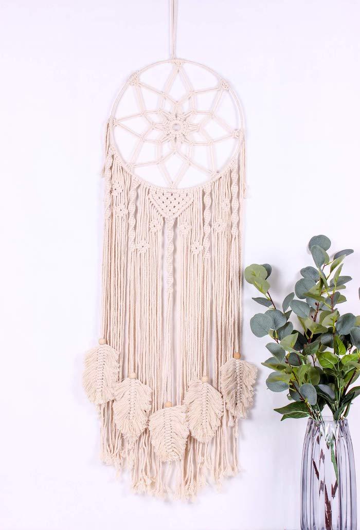 minimalistische innenausstattung dekorieren ideen makramee wanddeko diy lang mit stern motiv glasvase mit grüner pflanze weiße wand