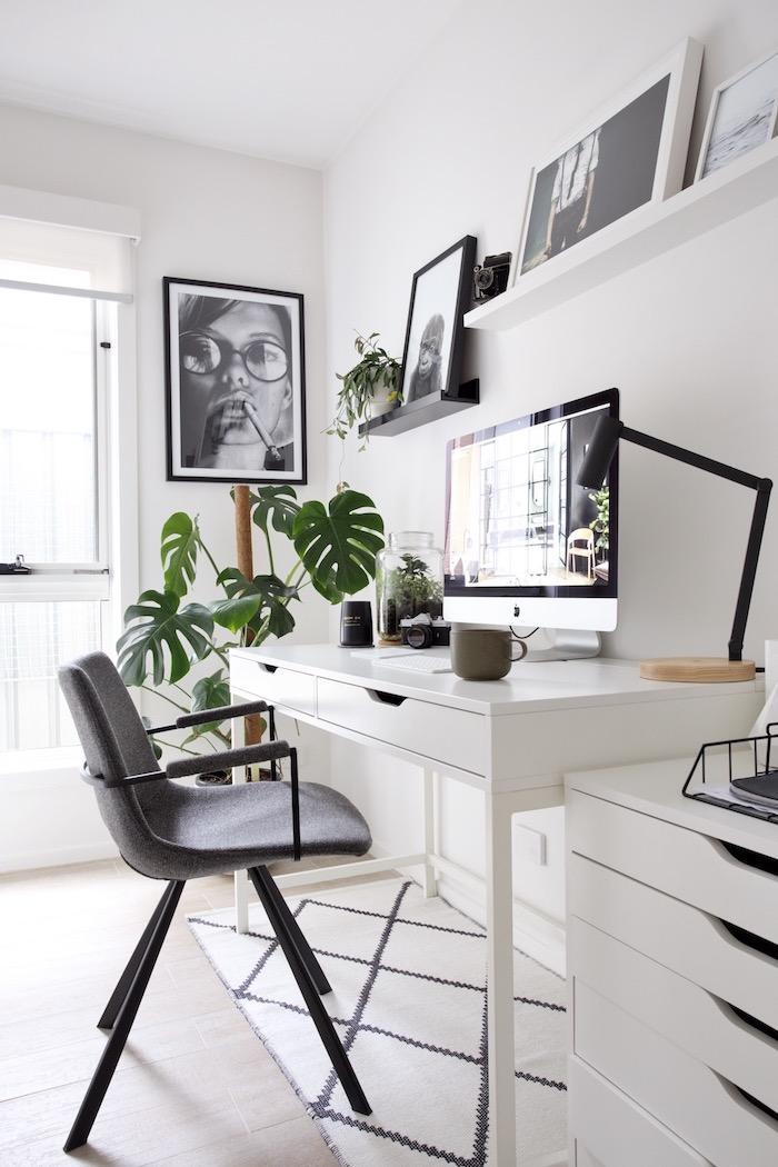 minimalistische innenausstattung schwarz grauer stuhl weißer schreibtisch wanddeko bilder inspiration große grüne pflanze schreibtischstuhl skandinavisch home office interior