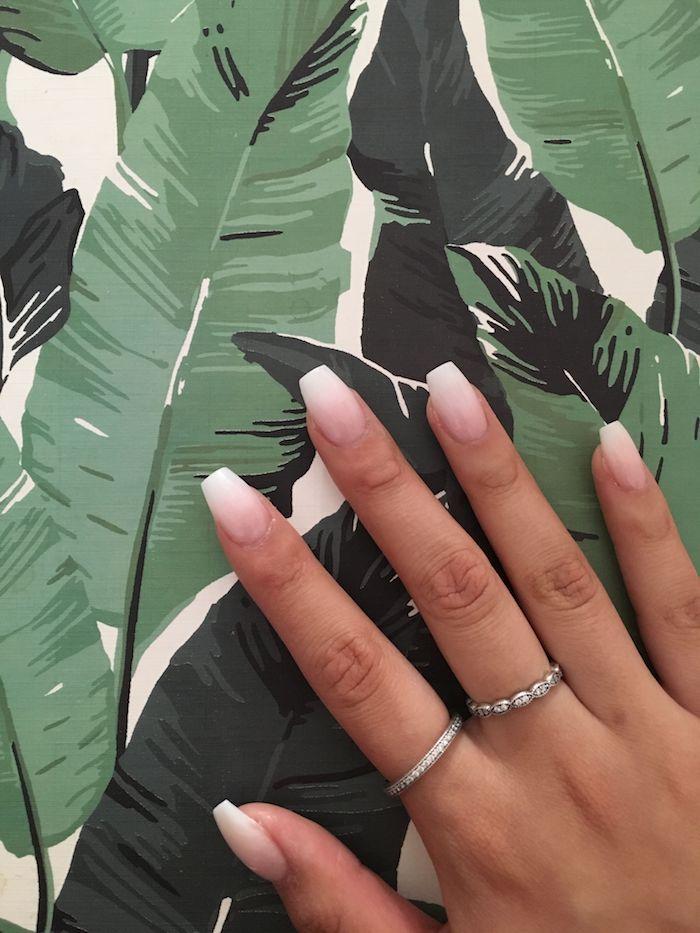 minimalistische silberne ringe zeigefinger mittelfinger mittelgroße nägel baby boomer gelnägel rosa weiß 2020 nageldesign trends