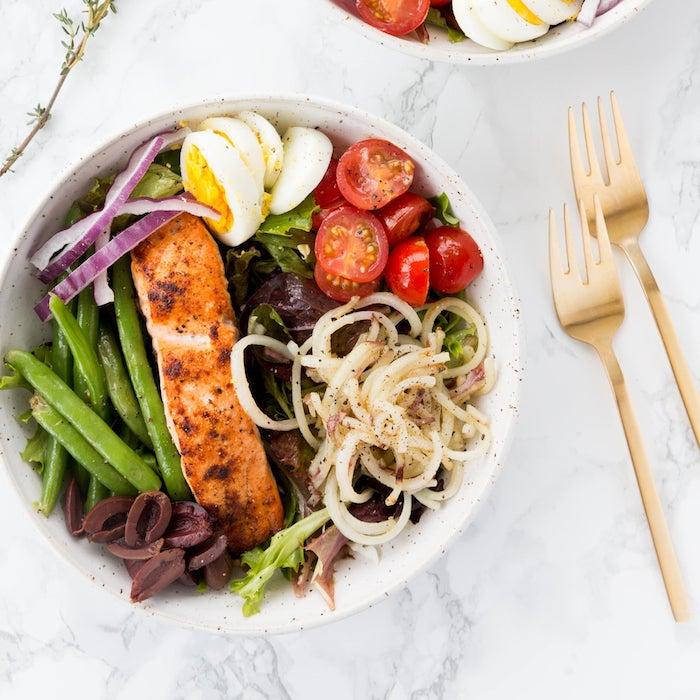 mittelmeer diät leichte rezepte gerichte zum abnehmen bowl mit fleisch eier tomaten nudeln blattsalat oliven köstliches essen zubereiten
