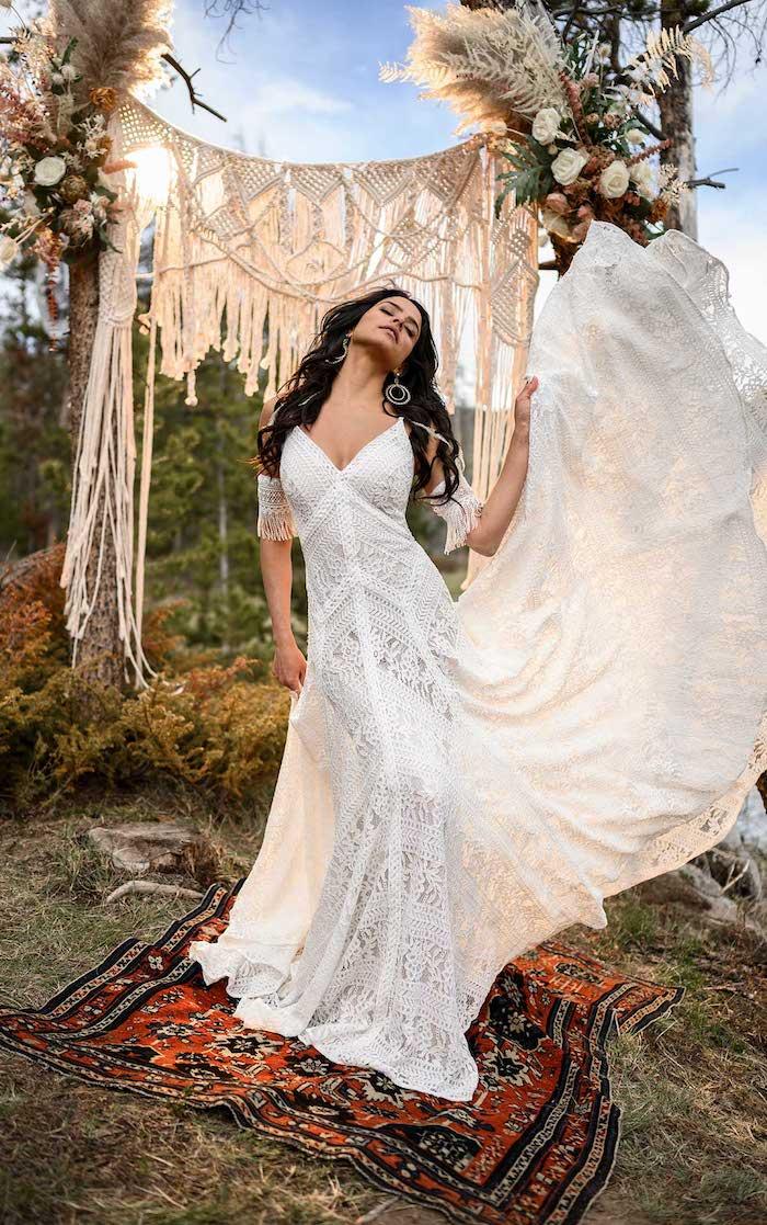 modernes hochzeitskleid spitze eng mit schleppe hochzeitsfrisuren lang mit wellen kleid böhmischer stil