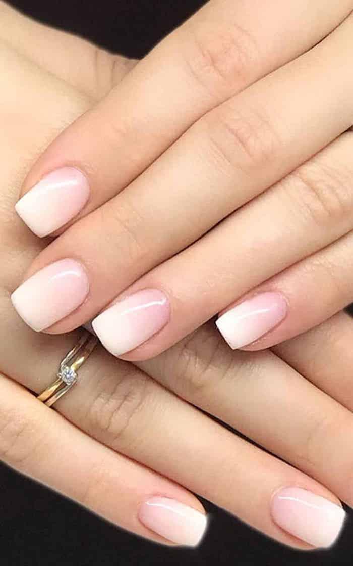 nägel squoval form nageldesign babyboomer eleganter goldener ring am ringfinger mit kleinem stein dezenter nagellack