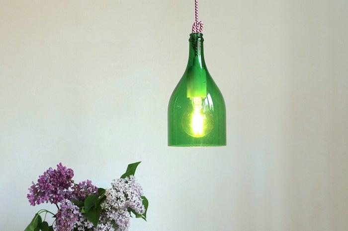 nachhaltige gschenke für freunde eine lampe aus einer alten grünen geschnittenen weinflasche