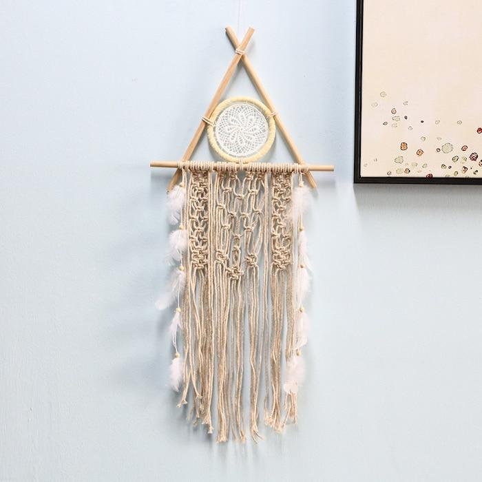 nordischen traumfänger selber machen aus holz und garn raum dekoration inspo handgemachte deko makramee inspo himmelblaue wandfarbe