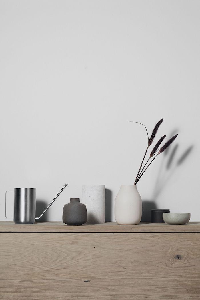 nordischer wohnstil inspiration skandinavische wohnaccessoires vasen aus keramik kanne aus edelstahl kommode aus holz minimalistische ästhetik