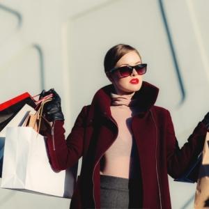 online shoppen in corona zeiten frau mit vielen kauftaschen shopping einkäufe machen