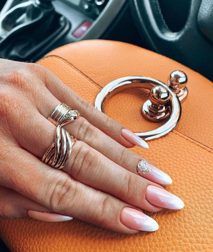 orange mini tasche elegante ringe am mittelfinger ringfinger nägel design babyboomer mit glitzer ballerina nagelform