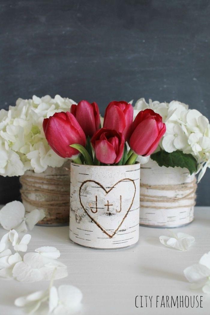 originelle ideen vase deko birkenstamm mit geschnitztem herz valentinstag geschenke inspo schöne rote tulpen weiße blumen