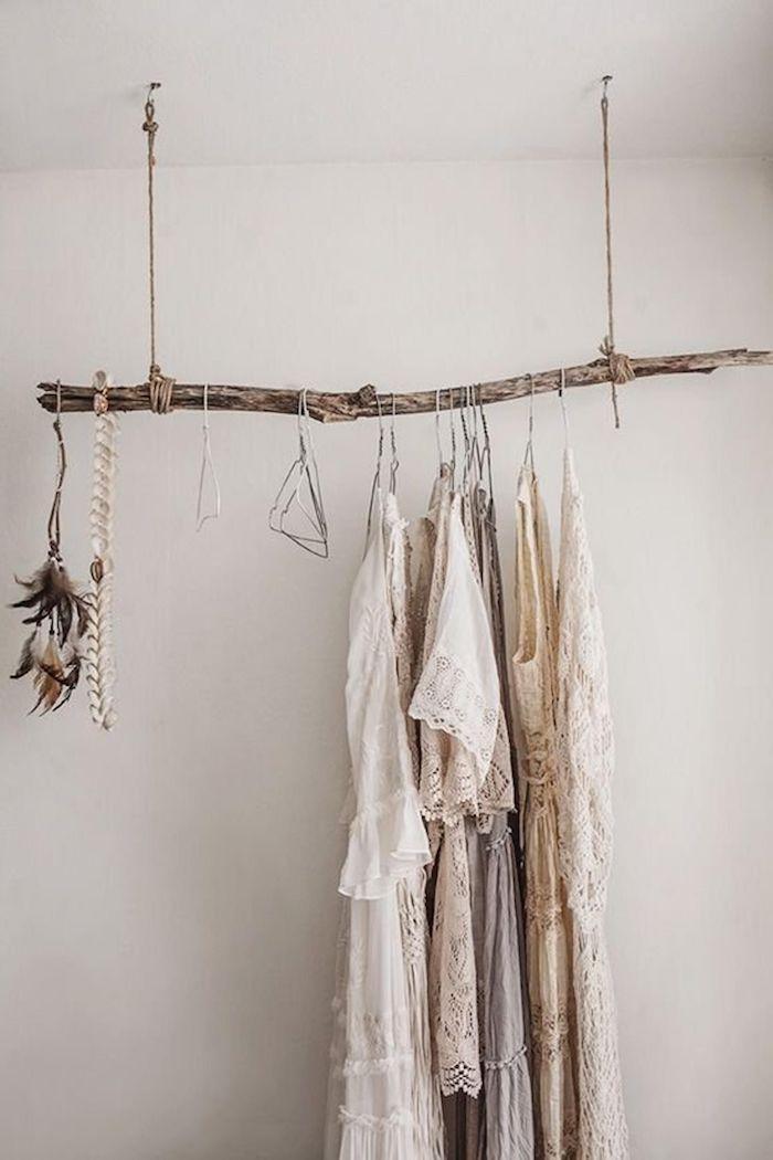 origineller kleiderstäder holz schlafzimmer dekoration inspiration garderobe birkenstamm ideen weiße cremefarbene kleide wandfarbe weiß