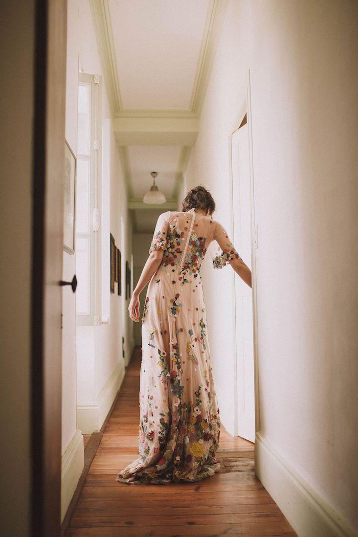 originelles brautkleid boho vintage spitze verziert mit bunten blumen maxikleid mit langen ärmeln hochgesteckte haare kleid mit floralem muster