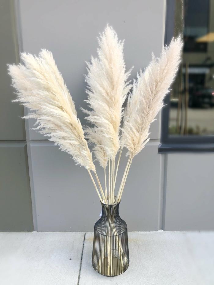 pampasgras deko bestellen glasvase mit weißem trockngras tischdeko küchendeko beispiele