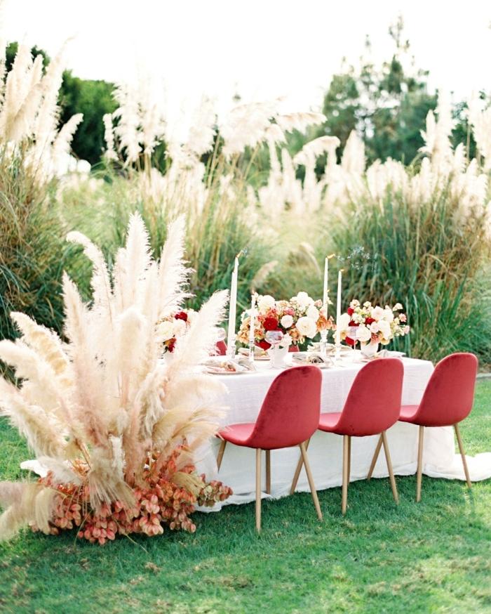 pampasgras deko hochzeit tischdeko mit blumen und getrocknetem gras boho stil tisch dekorieren gartenhochzeit