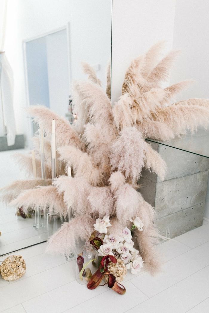 pampasgras getrocknet deko schmafzimmer dekoideen schminktisch dekroeiren rosa trockengras großer spiegel