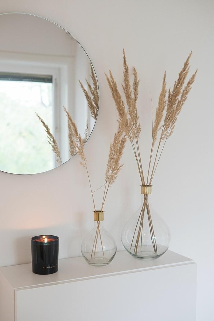 pampasgras getrocknet natur glasvasen mit trockengras runder spieler kleiner weißer schrank flurdeko ideen
