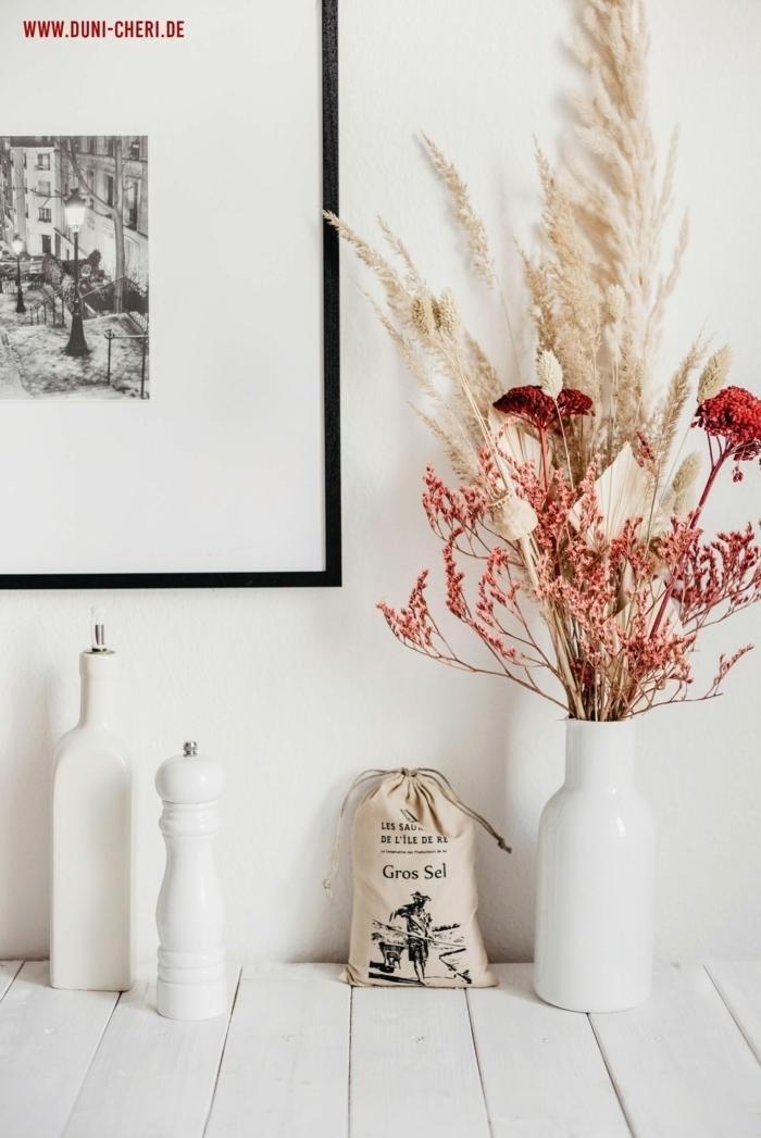 pampasgras rosa deko zimmerdeko mit getrockneten blumen und gras weiße vasen tischdekoration