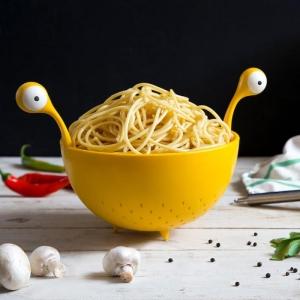 pasta monster eine gelbe schüssel und gelbe löffel und gabel mit großen weißen augen