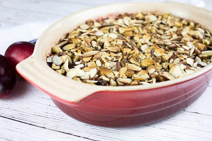 pflaumen crumle rezept tisch aus holz rezepte mit frischen pflaumen