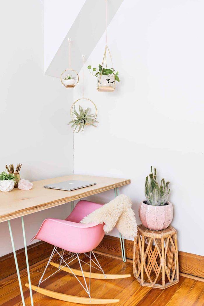 pinker schreibtischstuhl skandinavisch schreibtisch aus holz kleine hängepflanzen dekoration ideen kaktee in pinker vase home office einrichten inspiration ideen