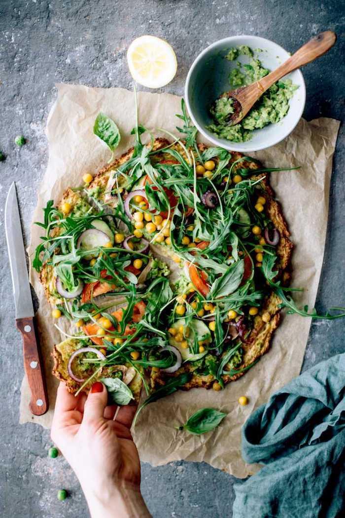 pizza blumenkohl kruste mit mais tomaten senfrauke gurken basilikum pesto rezepte mit wenig kalorien die satt machen gesund abnehmen gerichte