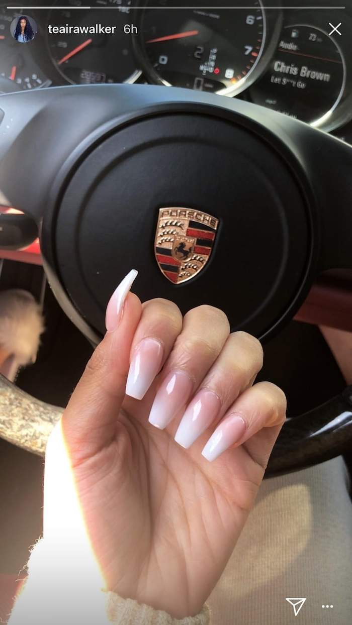 porsche auto frau mit schöner maniküre lange fingernägel nageldesign babyboomer ombre effekt rosa weißer nagellack