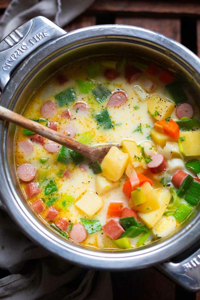 rezept für eine deutsche kartoffelsuppe mit suppengemüsen und kleinen geschnittenen würstchen