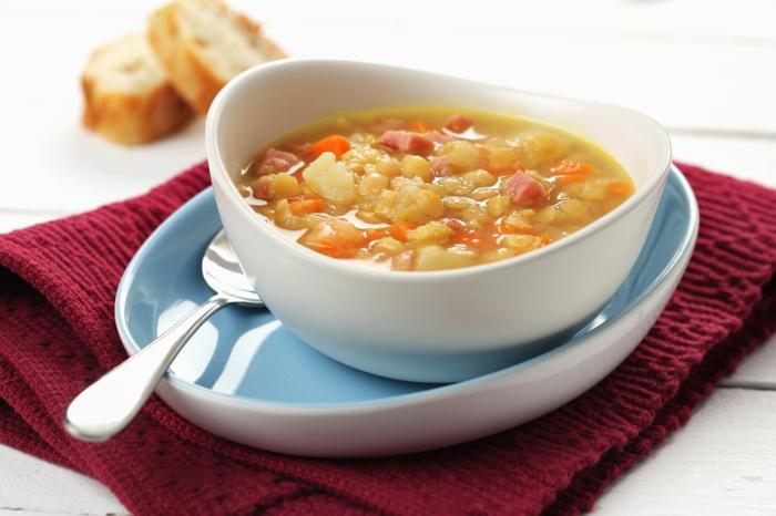 rezept für kartoffelsuppe mit würstchen und petersile deutsche suppe mit möhren violette decke