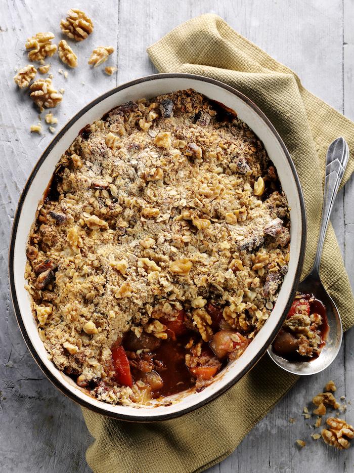 rezepte für kuchen mit pflaumen ein kööfek eine schüssel mit pflaumen crumble eine braune decke