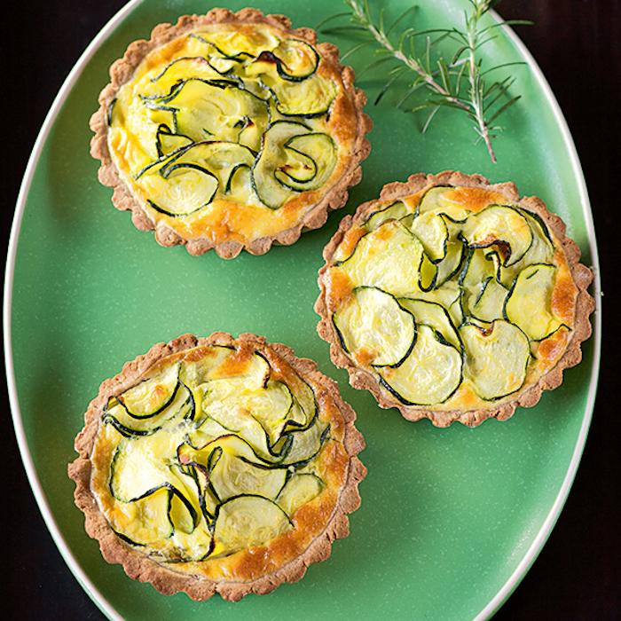 rezepte mit maronen zubereiten kleine quiches mit zucchini und kastanien drei in grünem teller