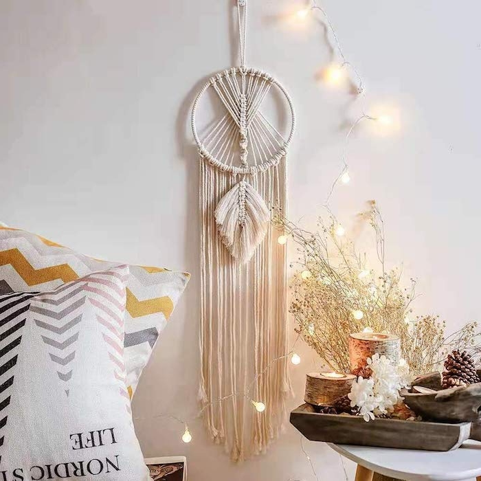 romantisches wohnzimmer einrichten mit hängeleuchten dekorative blumen großen traumfänger selber basteln boho chic innenausstattung