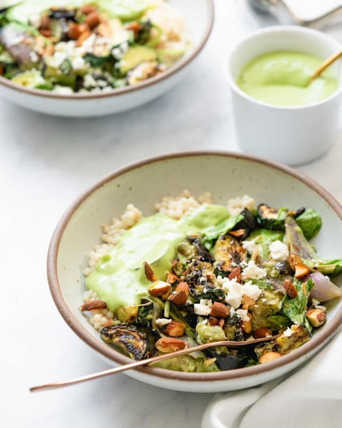 salat bowl mit reis quinoa zucchini aubergine mandeln spinat gesuncde ernährung zum abnehmen schnelles gesundes abendessen
