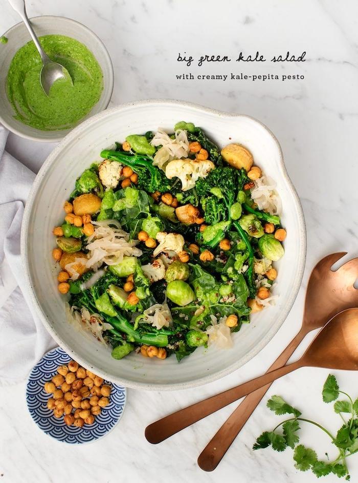 salat mit kale kicherebsen pesto brokkoli nudeln chia schnelles gesundes abendessen zubereiten gesunde rezepte zum abnehmen