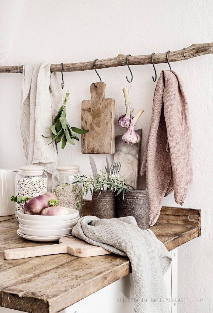 scandi küche einrichten holzmotive rosa tuch skandinavisches geschirr minimalistische einrichtung inspiration holz zweig mit aufhänger