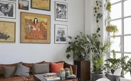 scandi style bilder wandekoration isnpiration skandinavische inneneinrichtung grüne hängepflanzen dekoration weißer teppich großes französisches fenster schwarzer holztisch bunte kissen