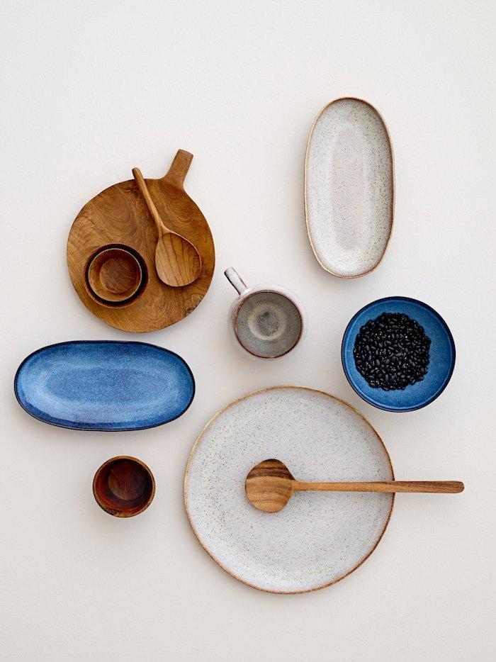 scandi style küchenaccessoires skandinavisches geschirr set holz und keramik blaue weiße holzerne teller und tassen minimalistisches design holzlöffel