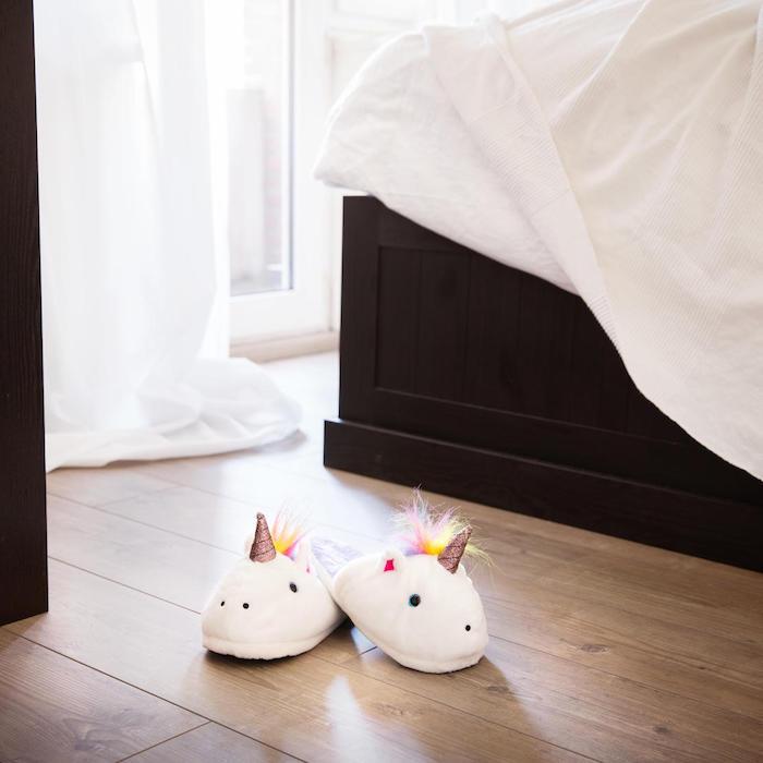 schlafzimmer mit boden aus holz zwei einhornhausschuhe mit bunter mahne idee für geschenk für beste freundin