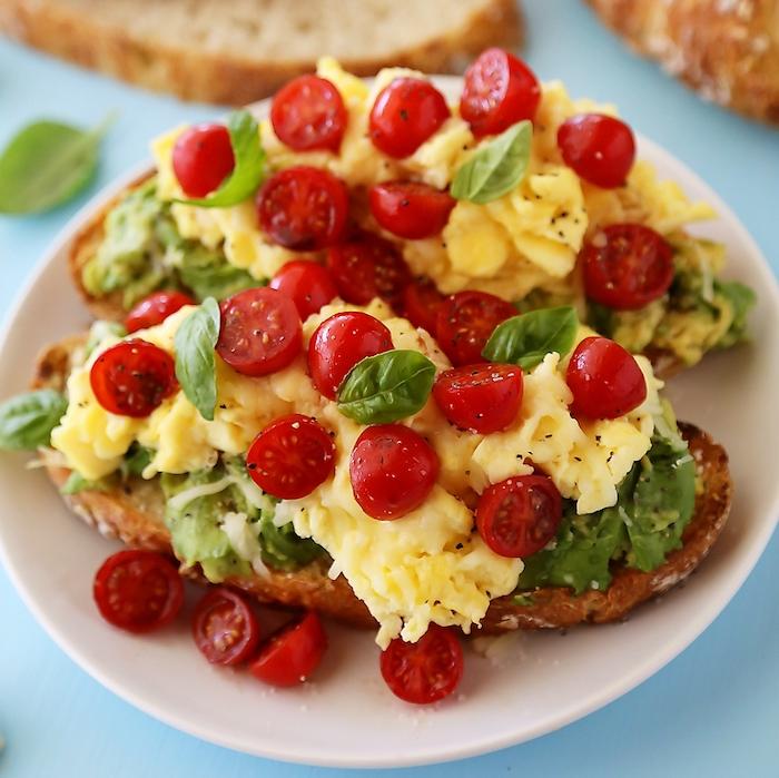 schnelle vegetarische rezepte für jeden tag rührei mit avocado und cherry tomaten toast