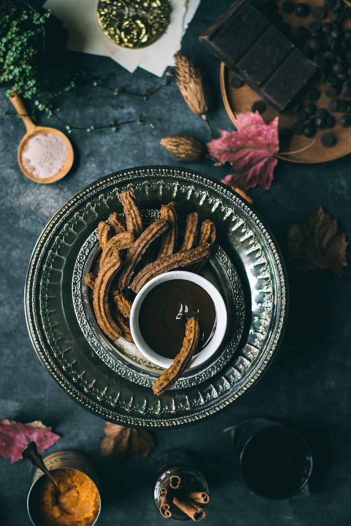 schneller kuchen mit wenig zutaten churros con chocolate puderzucker und zimt idee für kuchen rezepte einfach und schnell mit wenig zutaten