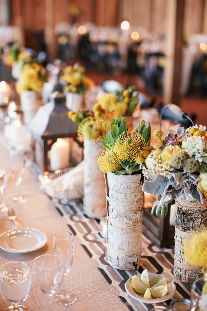 schöne tischdeko hochzeit vase aus birkenholz mit gelben blumen deko birkenstamm dekoration kreativ gedeckter tisch
